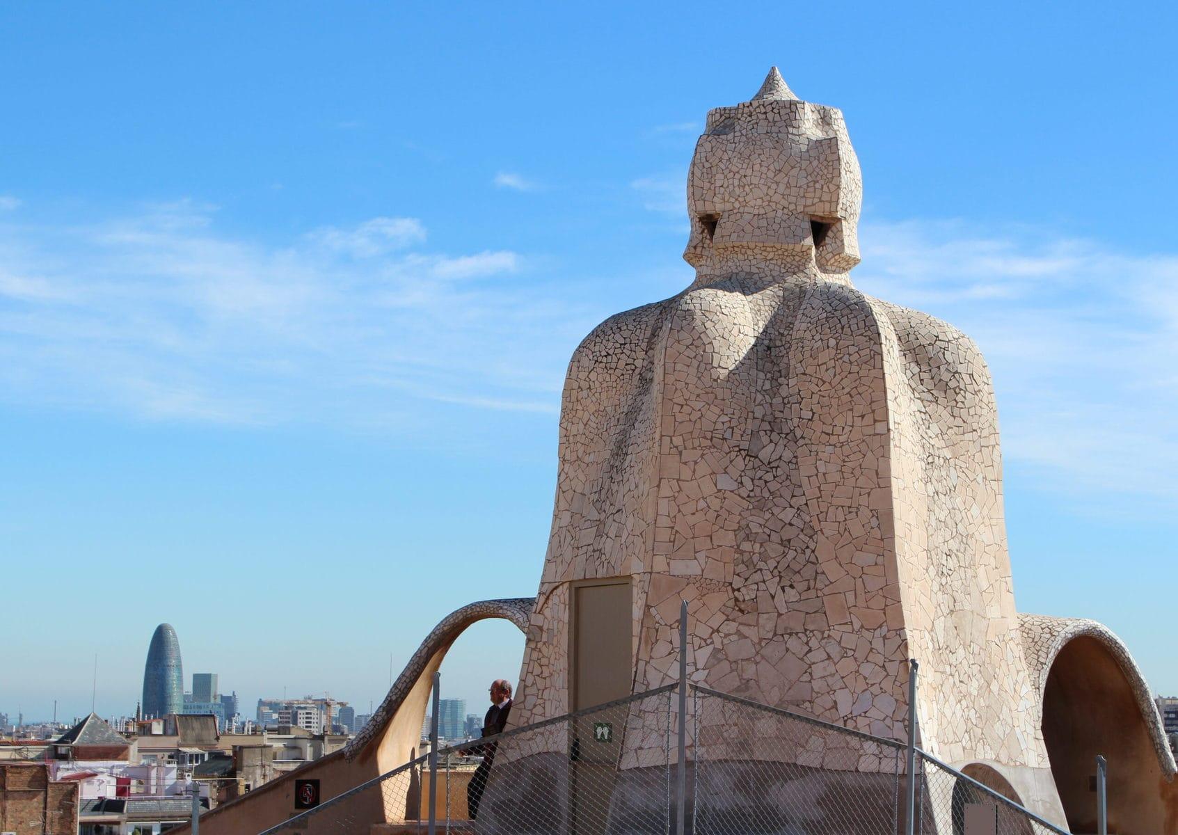 """Dachterrasse der Casa Mila, die auch """"La Pedrera"""" (der Steinbruch) genannt wird, in Barcelona"""