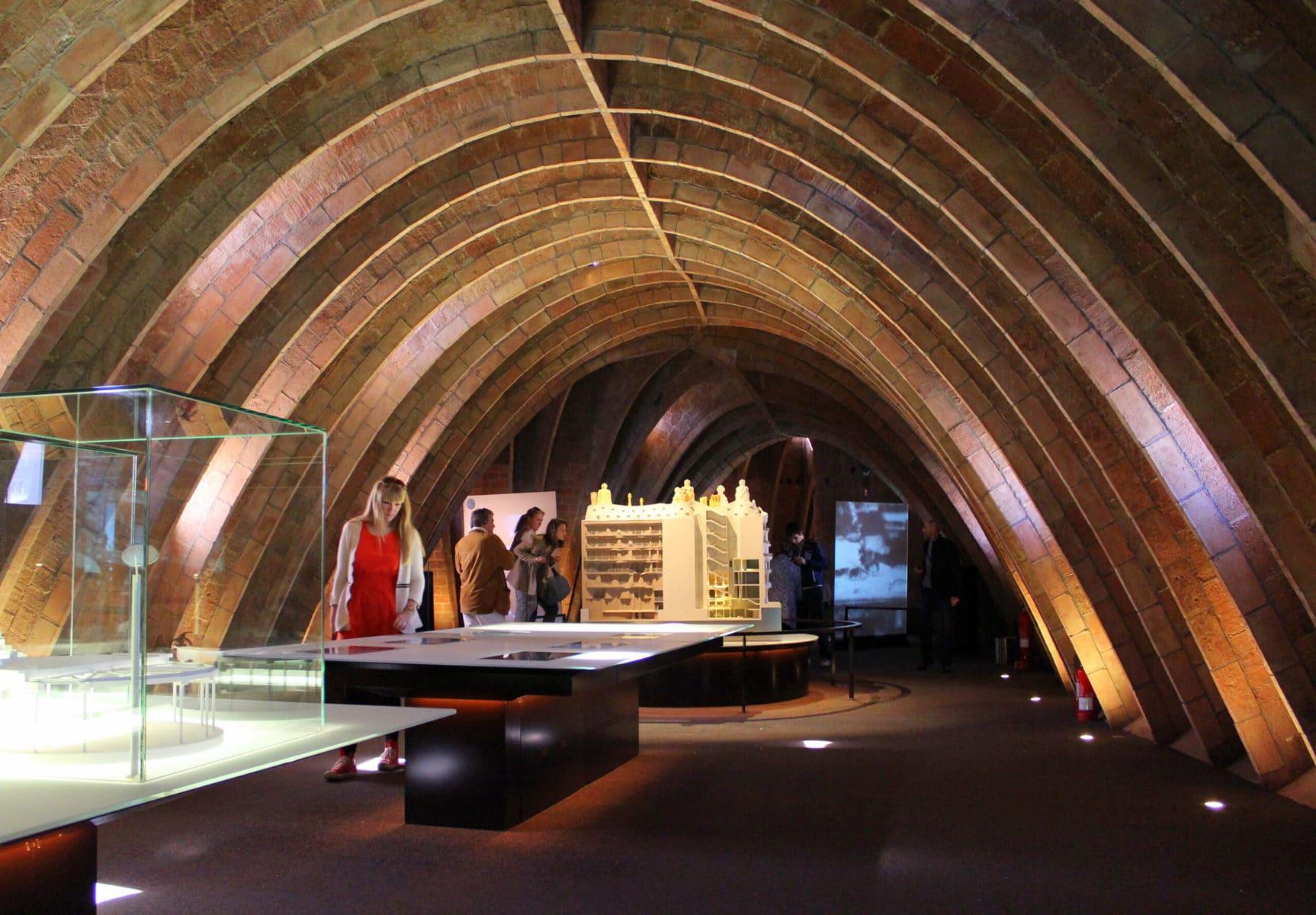 """Dachgeschoss der Casa Mila, die auch """"La Pedrera"""" (der Steinbruch) genannt wird, in Barcelona"""