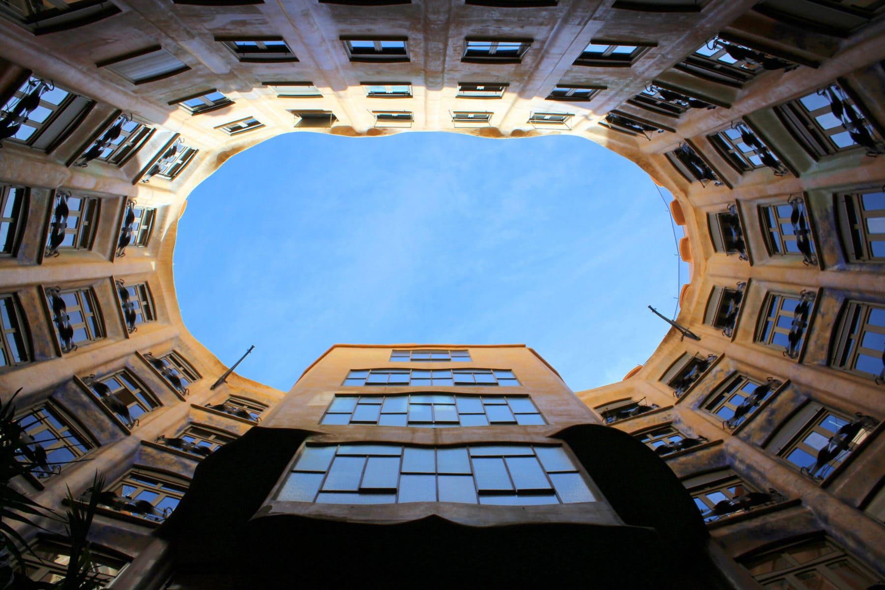 """Innenhof der Casa Mila, die auch """"La Pedrera"""" (der Steinbruch) genannt wird, in Barcelona"""