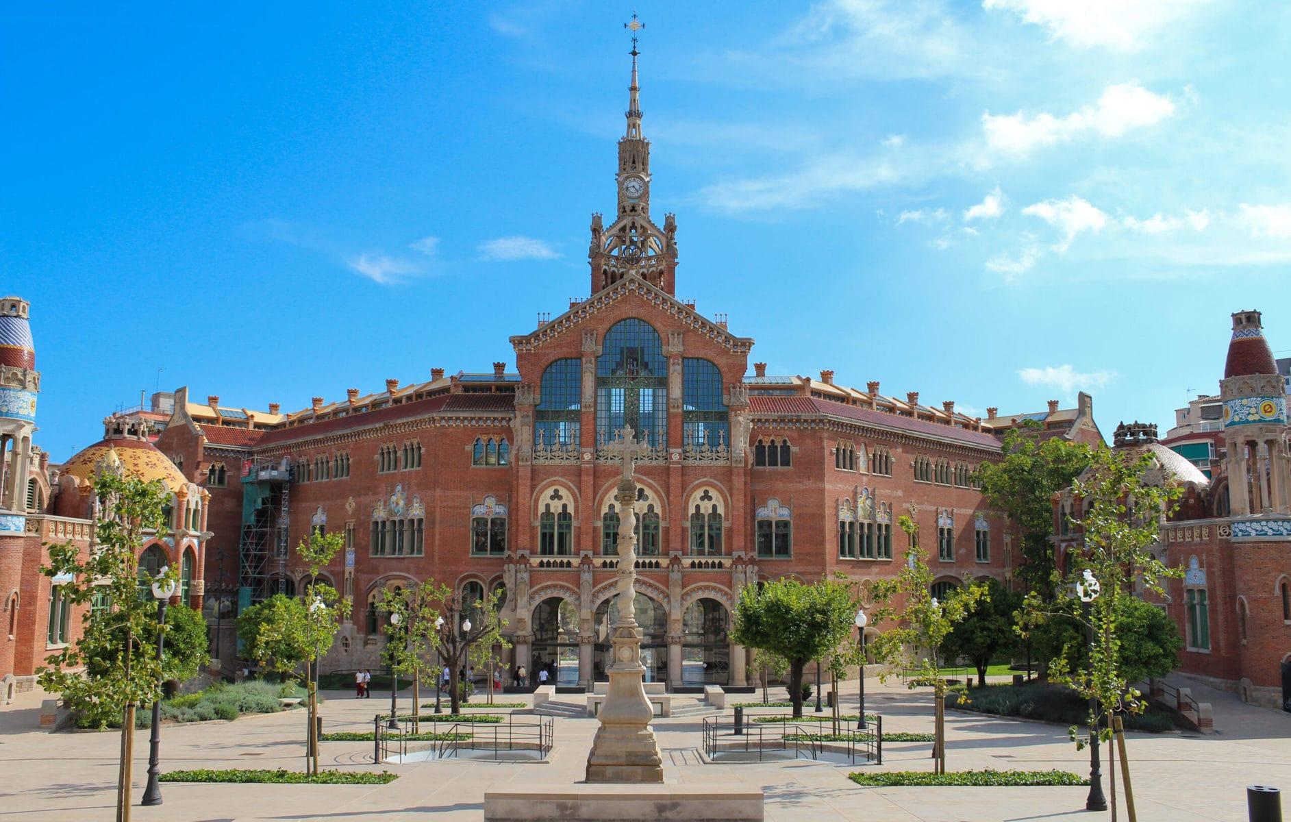 Hospital de Sant Pau, Barcelona, Rückseite des Haupteingangs und Hauptgebäudes