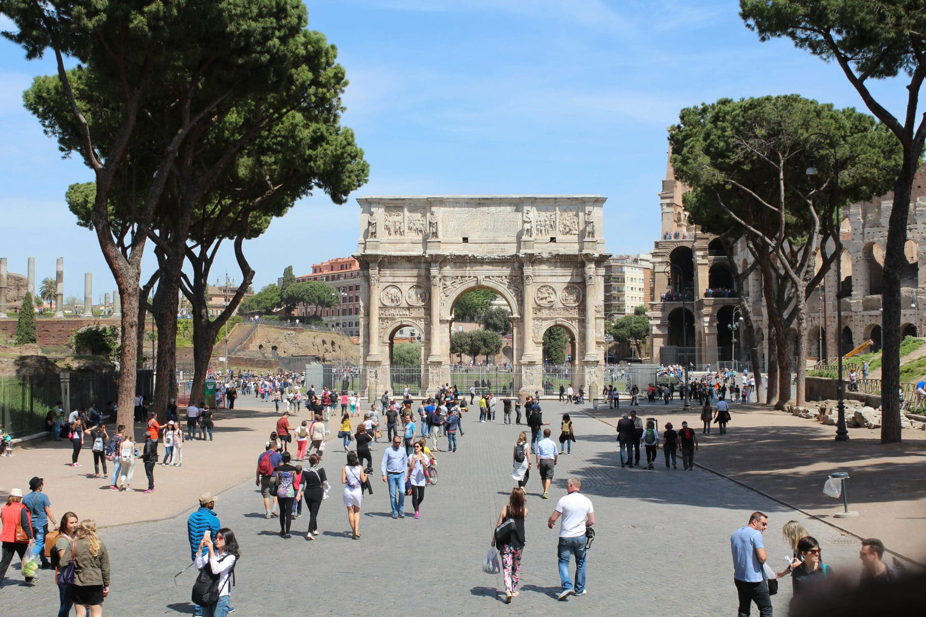Konstantinsbogen vor dem Kolosseum in Rom