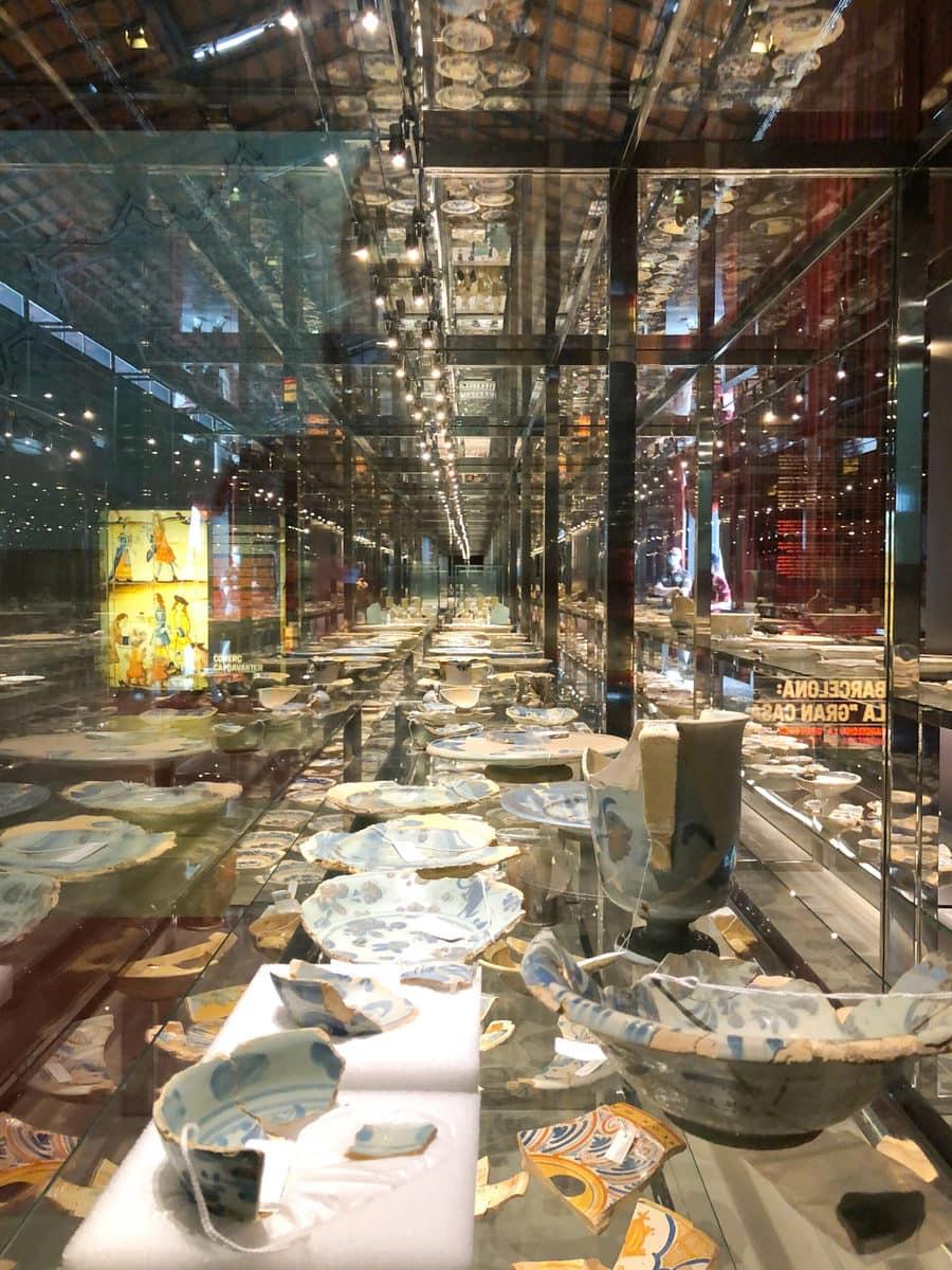 Mercat del Born, Barcelona: Fragmente von Geschirr
