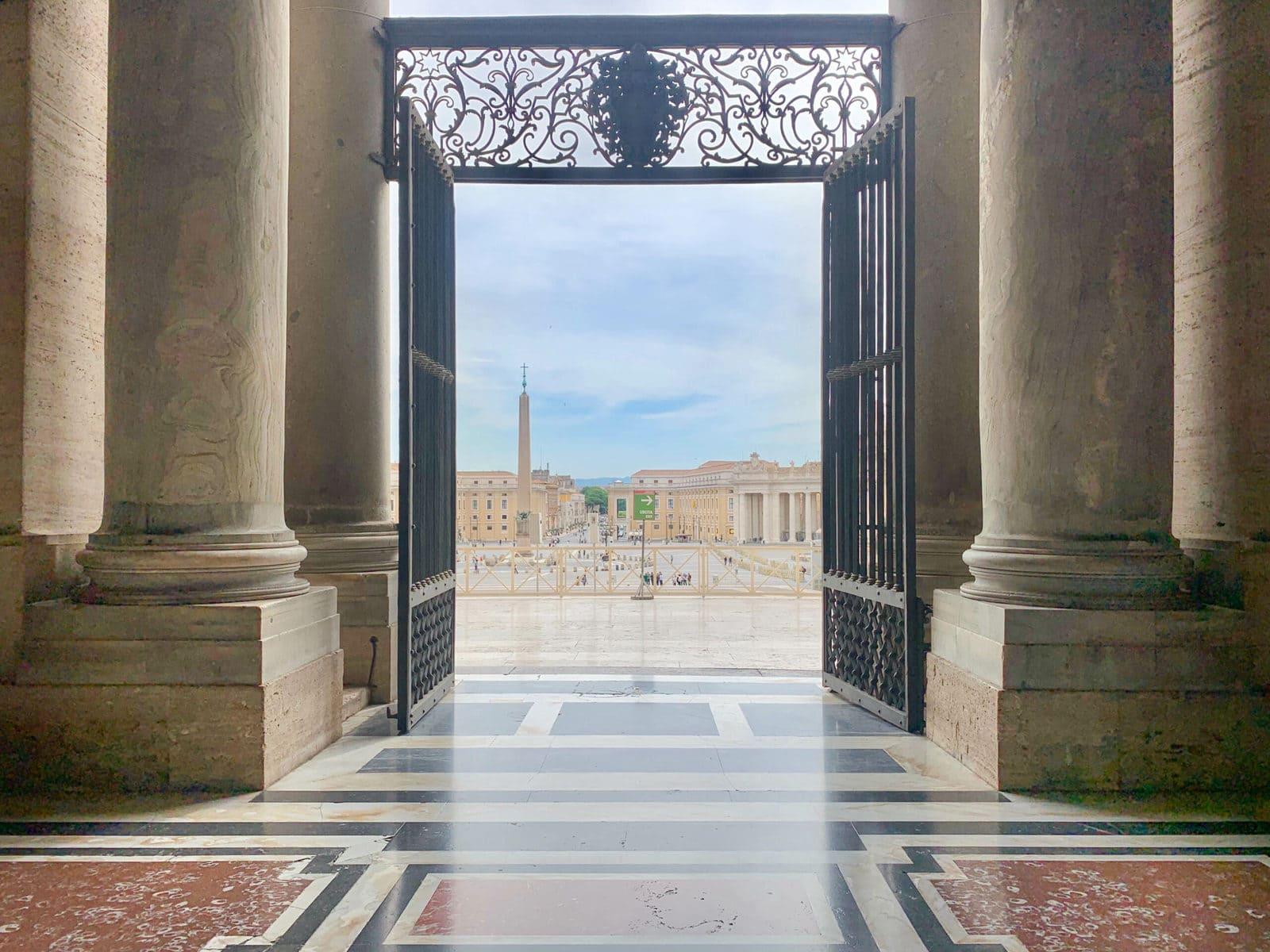 Petersdom, Rom, Eingang während Corona