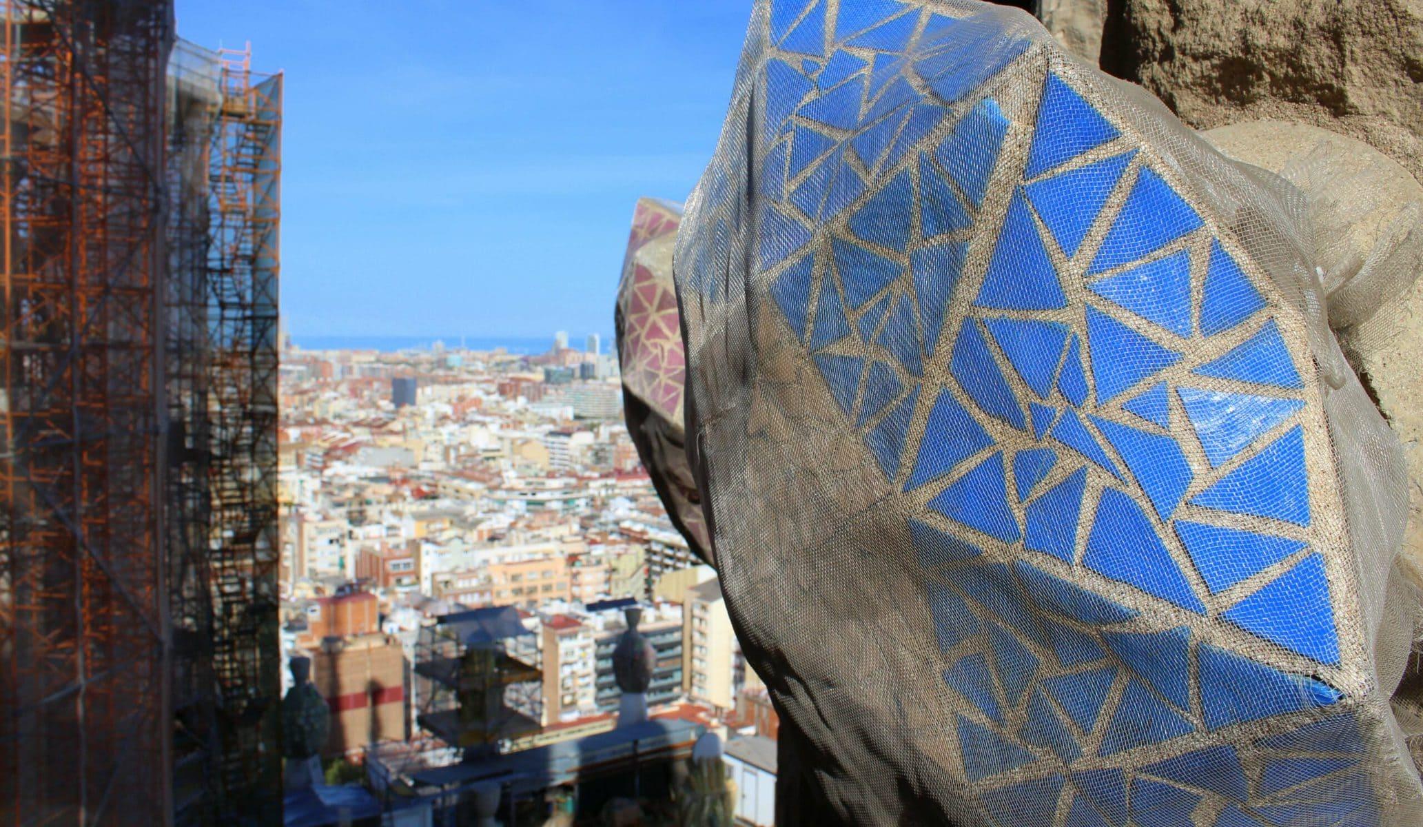 Sagrada Familia: Mit dem Aufzug hoch in die Türme der Passionsfassade - Blick über die Baustelle und Barcelona