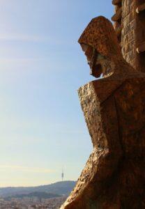 Sagrada Familia: Mit dem Aufzug hoch in die Türme der Passionsfassade - Blick auf Christus und den Tibidabo.