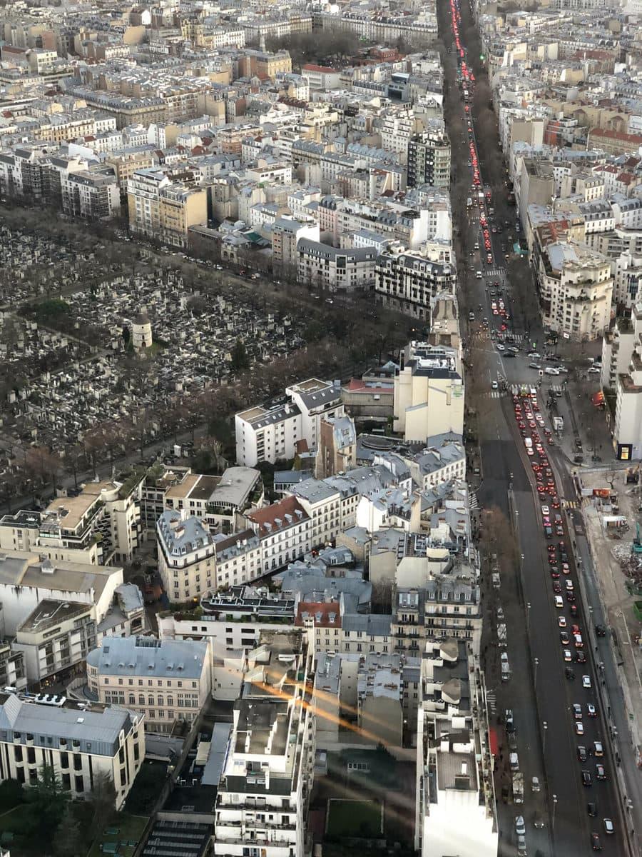 Tour Montparnasse, Paris: Blick nach unten auf den Friedhof Montparnasse