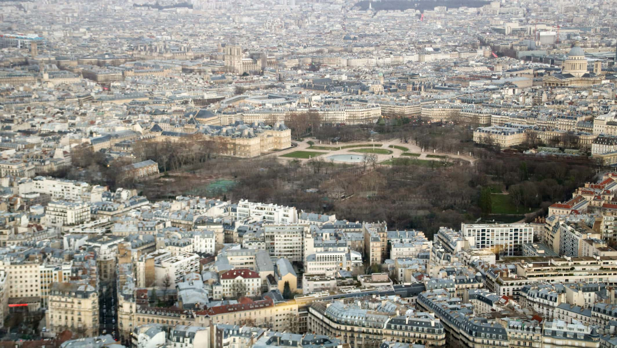 Tour Montparnasse, Paris: Blick auf den Palais de Luxemburg, Notre-Dame und das Pantheon