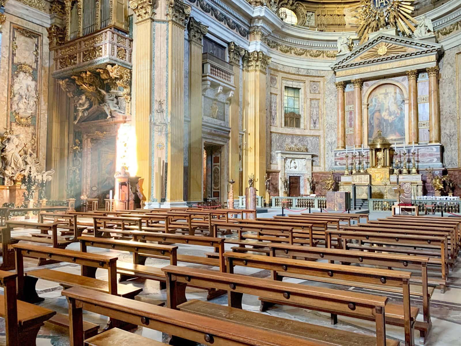 Il Gesù, Blick auf die Bernini Büste links neben dem Hauptaltar, Rom