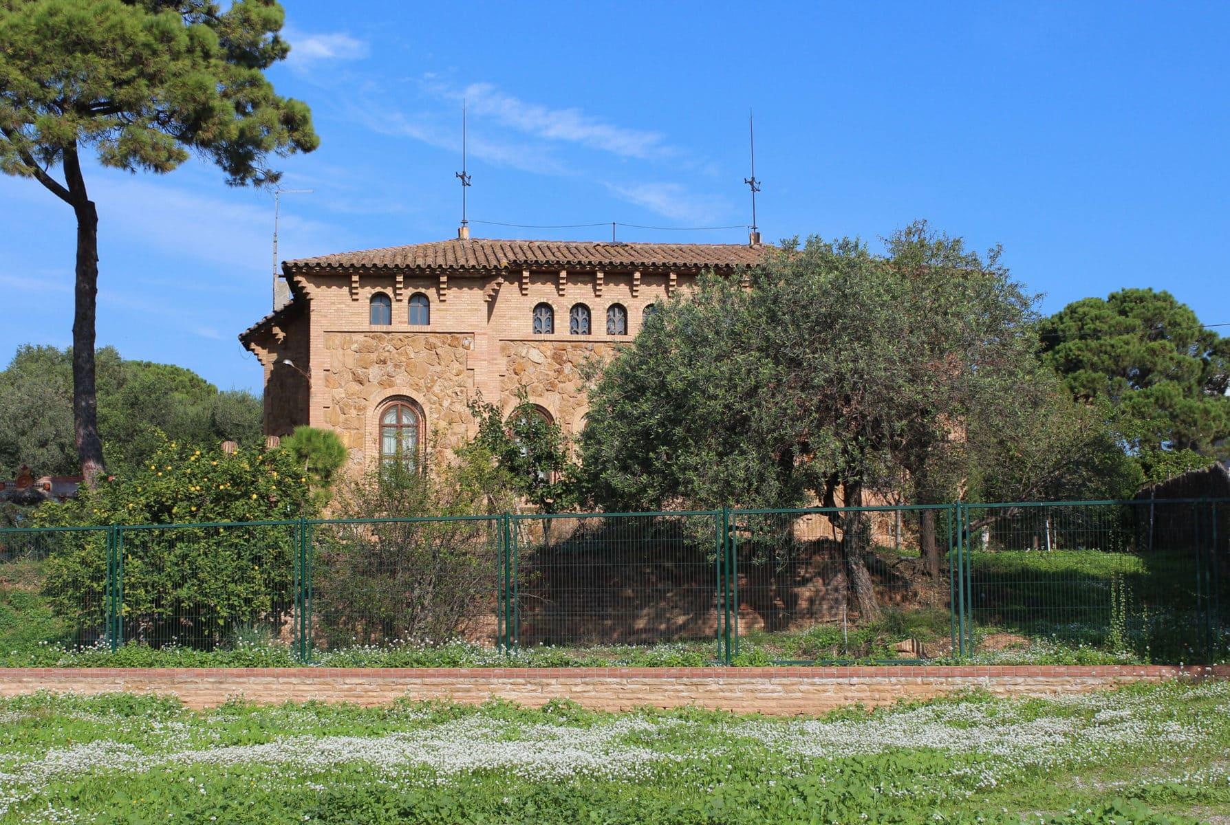 Das ehemalige Pfarrhaus in der Colonia Güell, Barcelona