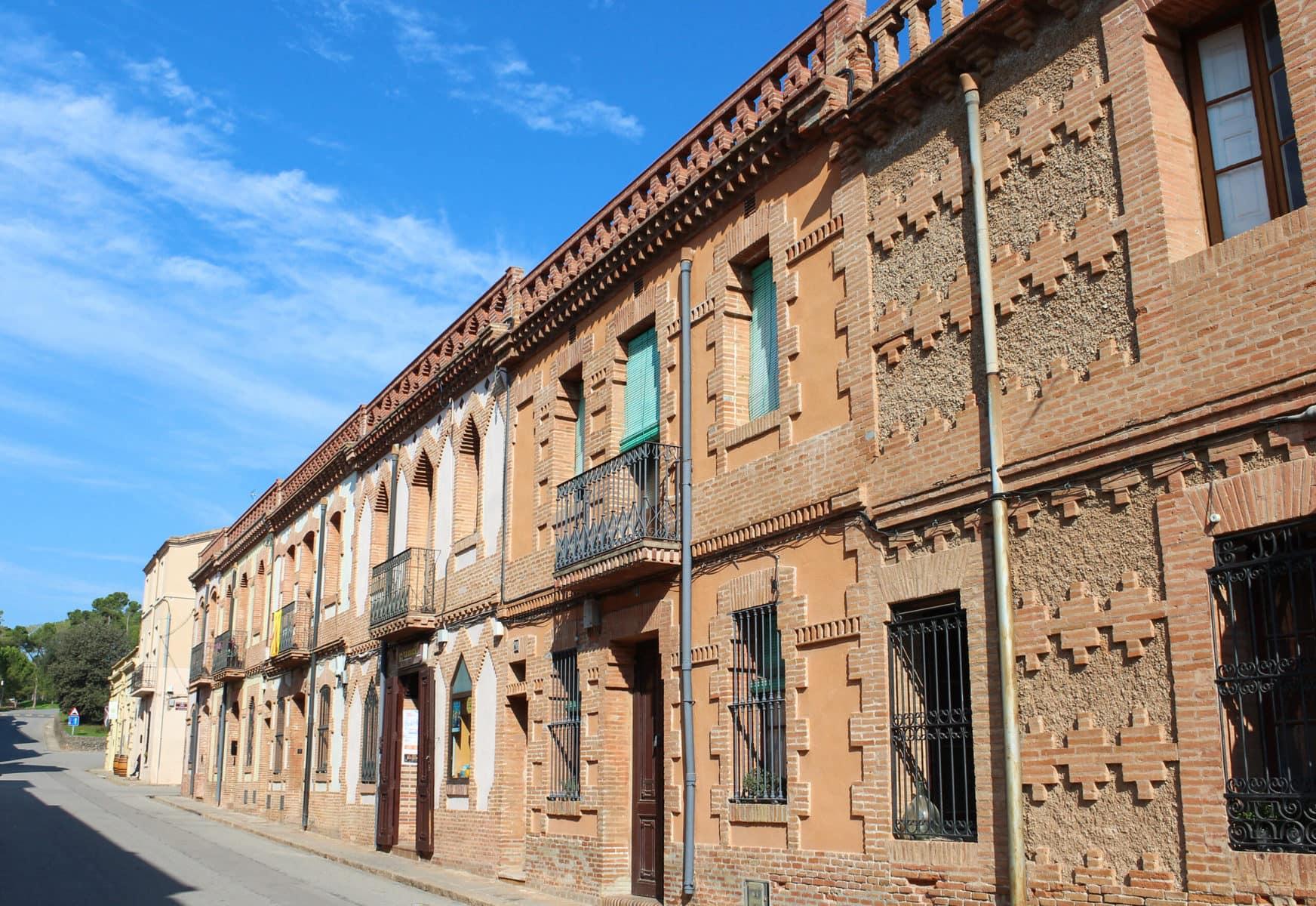 Eine der Straßen der Colonia Güell, Barcelona