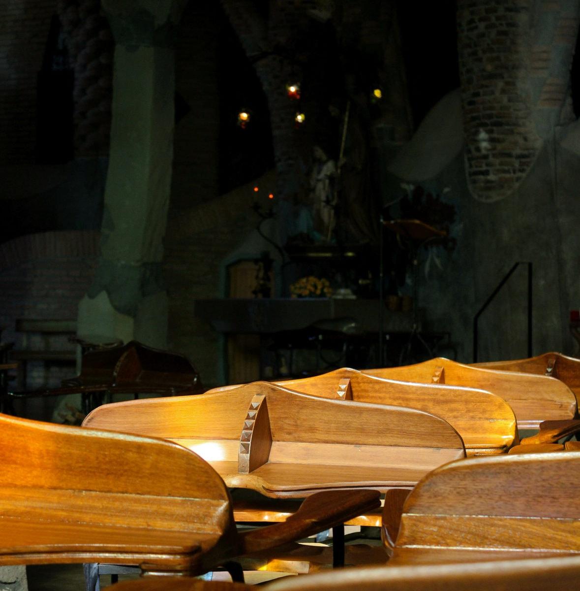 Modernistische Kirchenbänke in der Cripta Gaudi, Barcelona