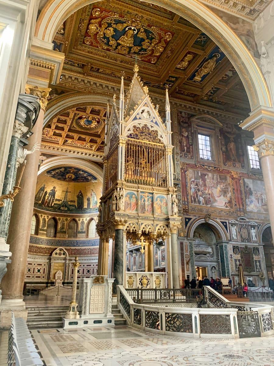 Der Lateran in Rom: Innenaufnahmen / Altar