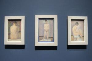 Links: Georges Seurat, Rückenansicht, 1887, Öl auf Holz, 24,3 x 15,3 cm, Musée d'Orsay, Paris Mitte: Georges Seurat, Frontlansicht, 1887, Öl auf Holz, 25,0 x 15,8 cm, Musée d'Orsay, Paris Recht: Georges Seurat, Profilansicht, 1887, Öl auf Holz, 24,7 x 15,5 cm, Musée d'Orsay, Paris