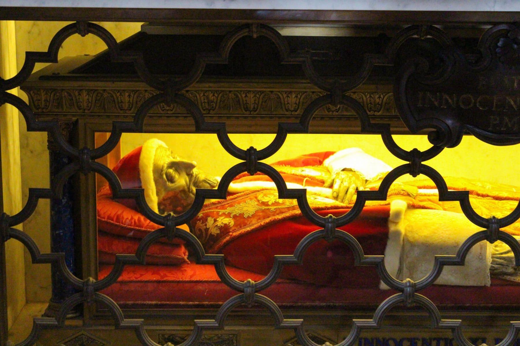 Grabmal eines Papstes im Petersdom, Rom: echt oder Wachsfigur