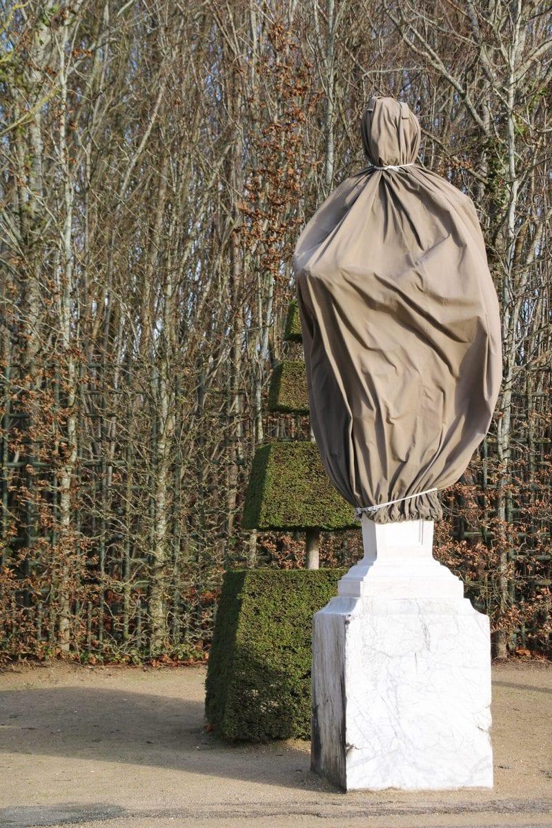 Für den Winter gesicherte Statue, Königliche Allee, Schloss Versailles