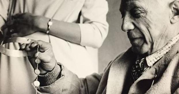 LASCH Kary H. 'Picasso examining a necklace' APPH7057 Undated print 23 x 16.9 cm Modern copy Musée National Picasso-Paris APPH7057 © Successió Pablo Picasso, VEGAP, Madrid 2020