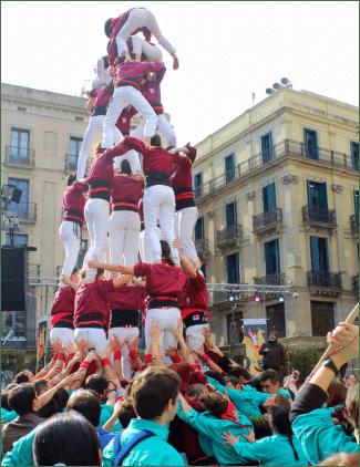 Castelleres in Barcelona. Die Menschentürme können bei Wettkämpfen bis zu 9 Stockwerke hoch sein.