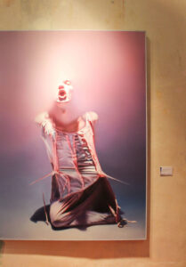 István Sándorfi: Camisole en dentelles / Mieder aus Spitze (1978), 200x150 cm, MEAM, Barcelona