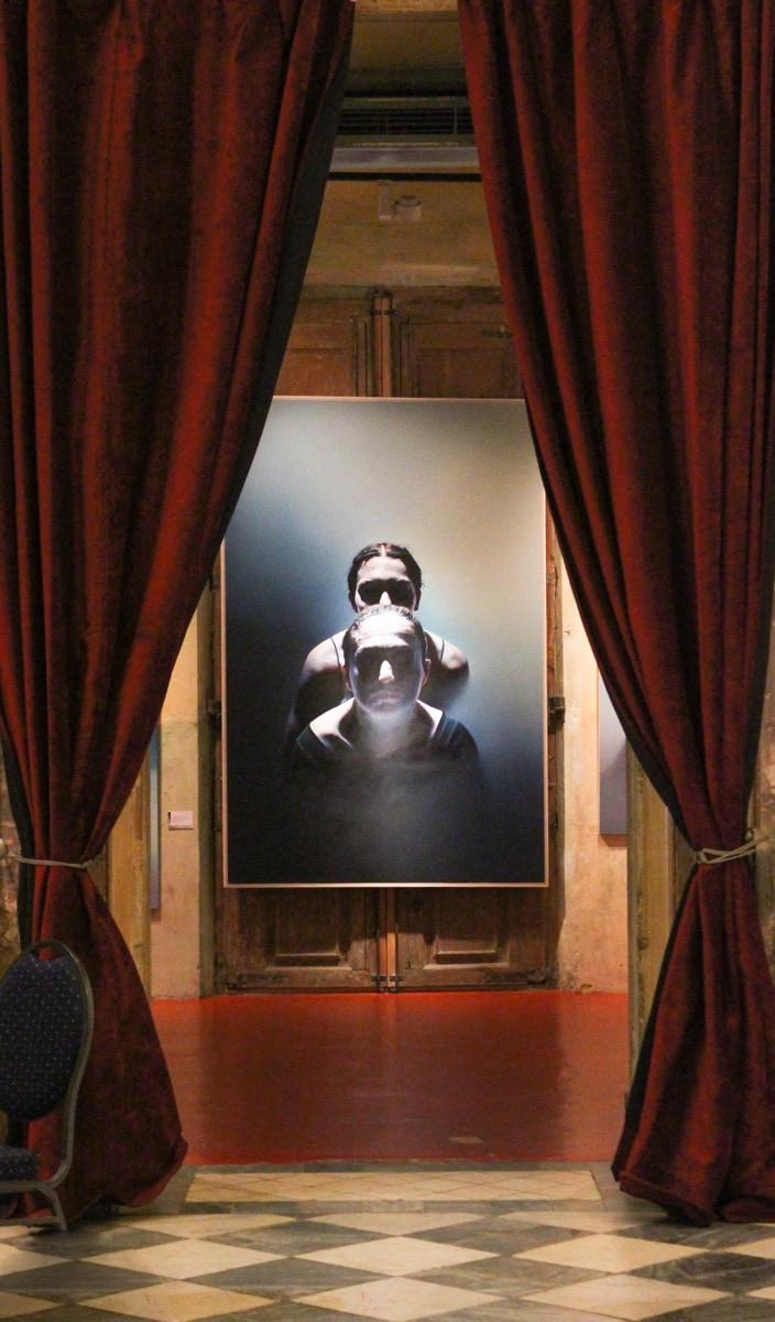 István Sándorfi: Femmes, 1ère version - Denise et Graziella inspectant le tableau / Frauen, 1. Version, Denise und Graziella inspektieren ein Werk (1978), 240x160 cm, MEAM, Barcelona
