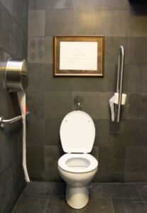 Sandorfis Ehrung als Künstler durch den Französischen Staat, Toilette des MEAM, Barcelona